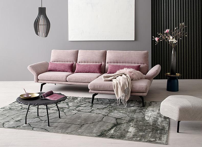 Rosa Couch als Farbakzent im Wohnzimmer