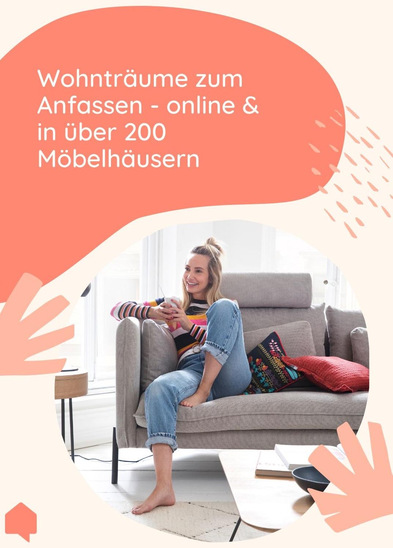 Junge Frau sitzt gluecklich auf Sofa - Wohntraeume zum Anfassen
