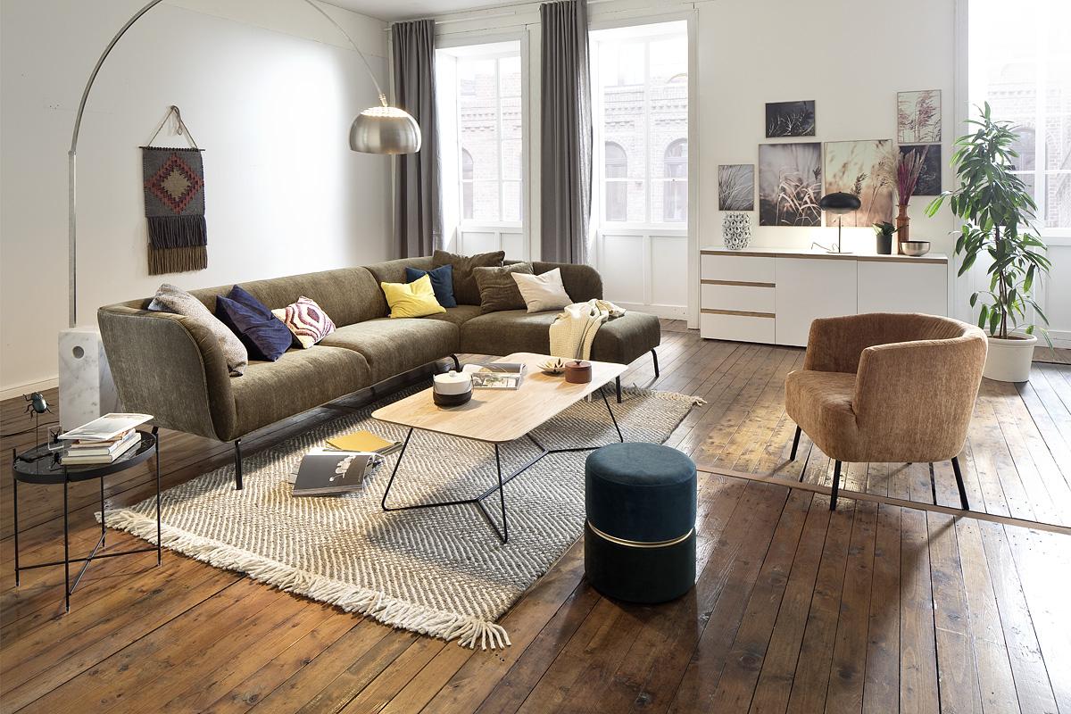 Wohnzimmer mit grünem Ecksofa und einem hellbraunem Sessel