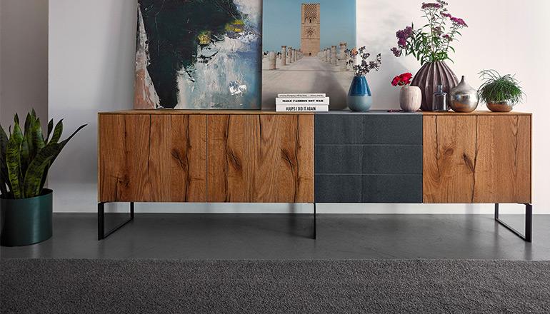 Langes Sideboard aus Massivholz und schwarz lackierten Schubladen mit Kufengestell