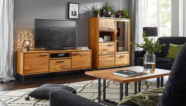 Wohnzimmerprogramm aus schönem Massivholz mit schwarzen Elementen