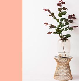 Moderner Beistelltisch dekoriert mit einer großen Vase