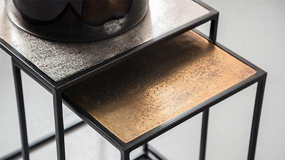 Unterschiedlich große Beistelltische mit schwarzem Gestell und bronzefarbenen Tischplatten