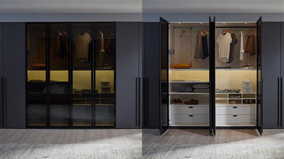 Schwarzer Drehtürenschrank mit durchsichtigen Türen, der geschlossen ist und beim zweiten Ausschnitt geöffnet