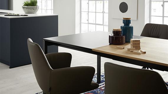 Moderner Esszimmertisch aus Holz mit einem kontrastreichen Auszug aus schwarzer Keramik
