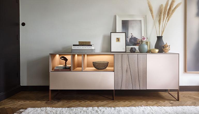 Weißes Sideboard mit einer naturbelassenen Massivholz-Front und eleganter Deko