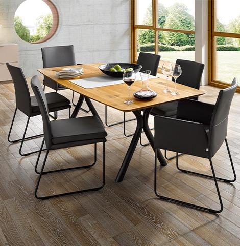 Schwarze Lederstühle im Esszimmer mit Holztisch