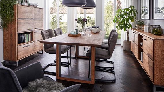 Dunkelgraue Freischwingerstühle mit schwarzem Füß und Esszimmermöbeln aus Zerreiche