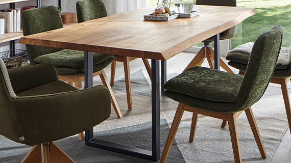 Massivholz-Tischplatte mit organischer Baumkante und einem schwarzen Metallgestell