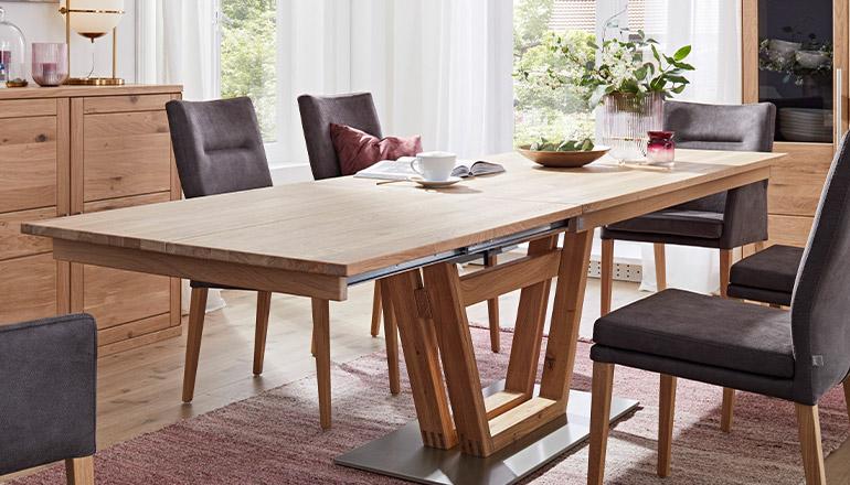Ausgezogender Esstisch aus Massivholz mit schokobraunen Esszimmerstühlen