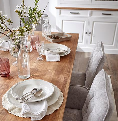 Gedeckter Esstisch aus Massivholz mit schöner Deko