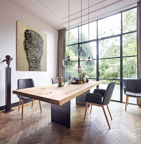 Modernes Esszimmer mit Holztisch und gepolsterten grauen Stühlen