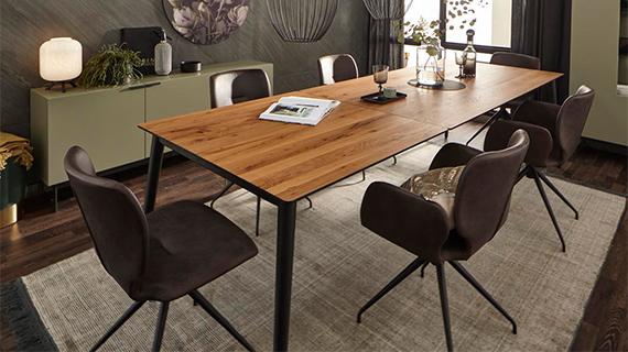 Ausziehbarer Esstisch aus Holz mit einem schwarzen Gestell
