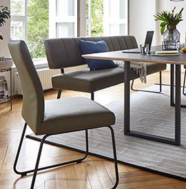 Sitzgruppe mit Esszimmerbank und Polsterstuhl um Tisch aus Holz