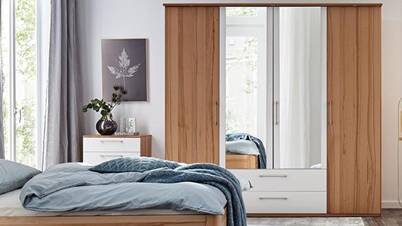 Drehtürenschrank mit zwei Holztüren und zwei Spiegeltüren