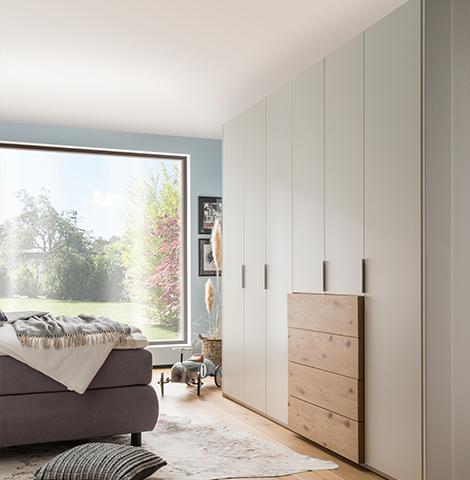 Weißer Kleiderschrank mit Schubladen aus Massivholz