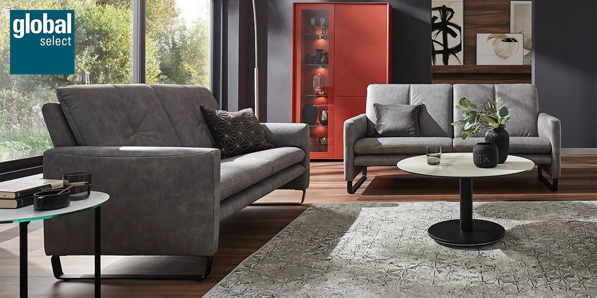 Wohnzimmermöbel von global select: Graue Sofa Garnitur, Couchtisch und rotes Highboard
