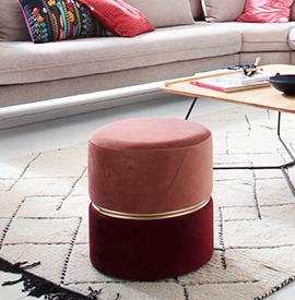 Roter und rosafarbener Hocker mit einem goldenen Metallring mittig