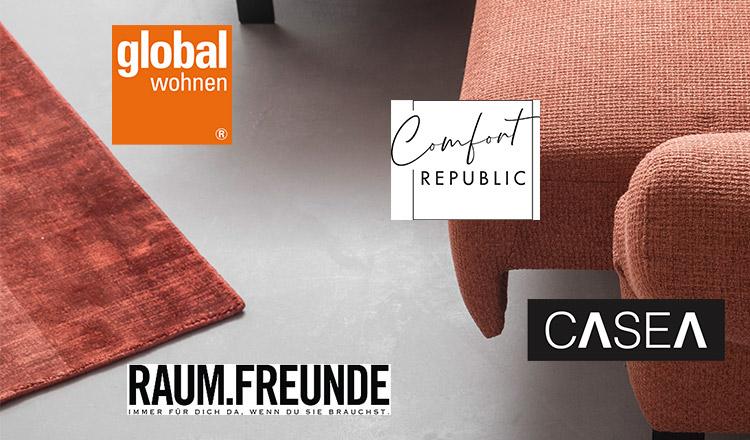 Die Markenlogos der Marken, die bei Homepoet mitmachen vor einem roten Sofa