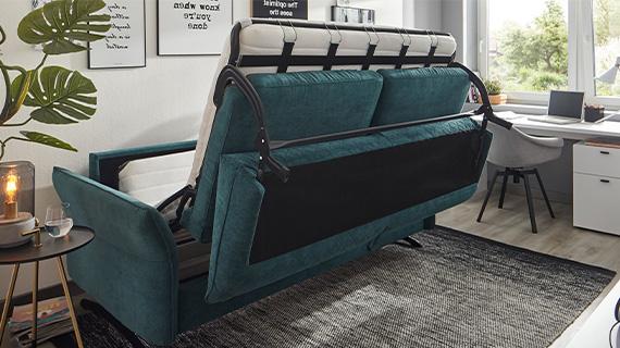 3-Sitzer Sofa mit Schlaffunktion im Umbau zu einer Schlafmöglichkeit