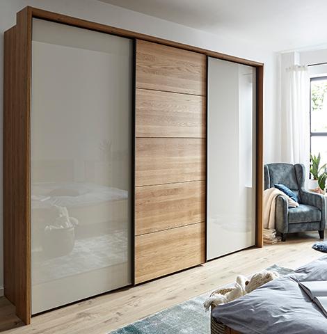 Schwebetürenschrank aus Massivholz mit zwei Türen aus lackiertem Glas