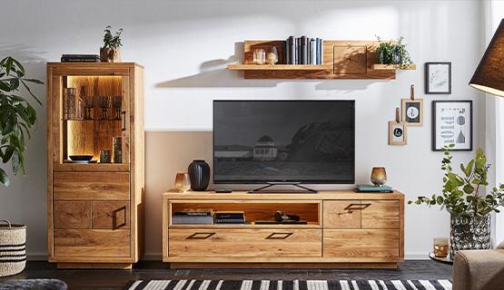 Vitrine, Lowboard und Wandboard aus massiver Eiche in einem hellen Wohnzimmer im Landhausstil