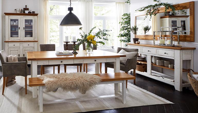 Esszimmer im Landhausstil mit Möbel aus Massivholz in Weiß und Hellbraun