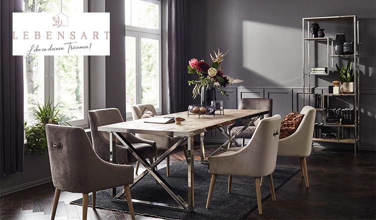 Glamouröse Polsterstühle im eleganten Esszimmer und Blumen als Centerpiece
