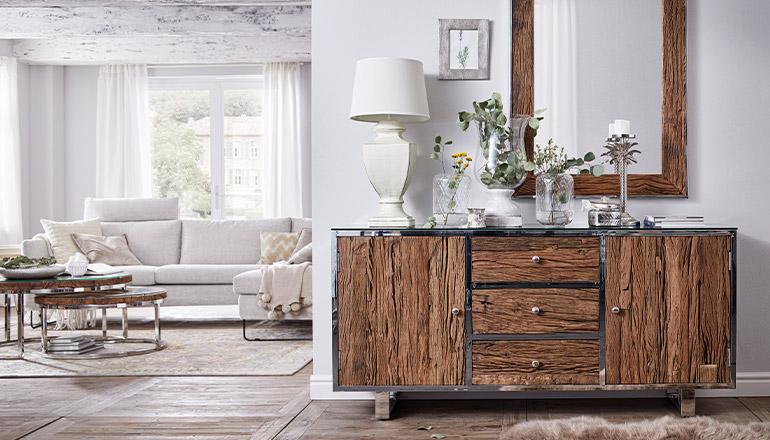 Sideboard aus Recyclingholz neben weißem Sofa