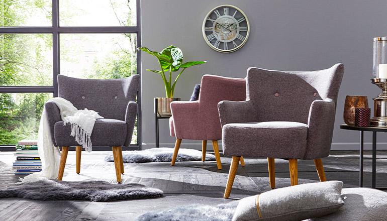 Drei verschiedenfarbige Sessel in Rosa, Grau und Violett