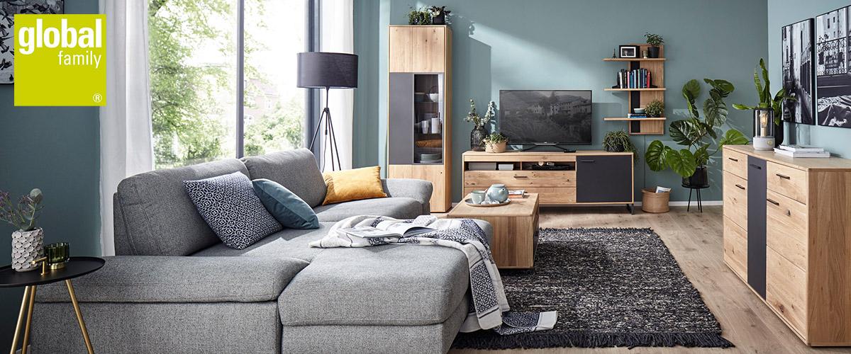 Modernes Wohnzimmer mit grauem Sofa und Massivholzmoebeln