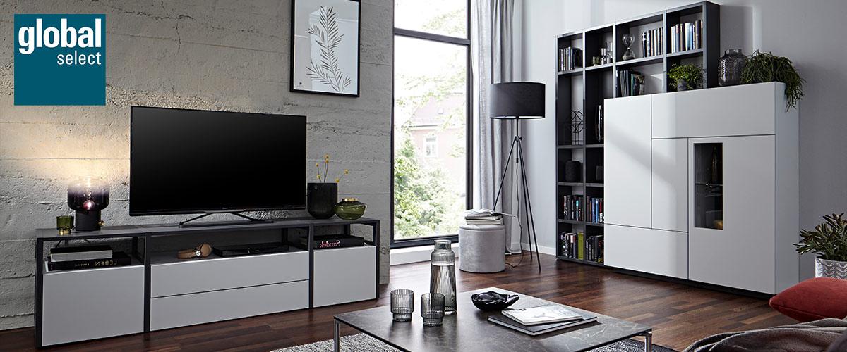 Weisses TV-Lowboard und Highboard in einem modern eingerichteten Wohnzimmer