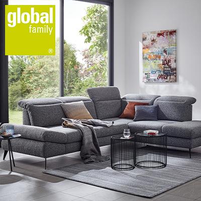 Modernes Wohnzimmer mit grauem Stoff-Sofa und einem eleganten Highboard in hellem Grau