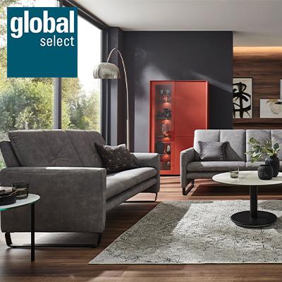 Weisses TV-Lowboard und Highboard in einem modern eingerichteten Wohnzimmer mit den Möbeln von global select