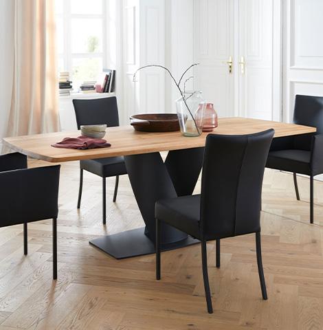 Hellbraune Eiche-Tischplatte und schwarze Lederstühle