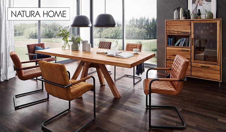 Lederstühle um einen Esstisch aus Massivholz