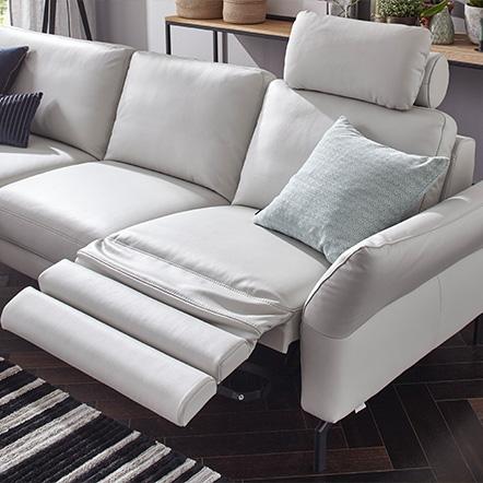 Weiße Eckcouch mit Relaxfunktionen für Kopf und Beine