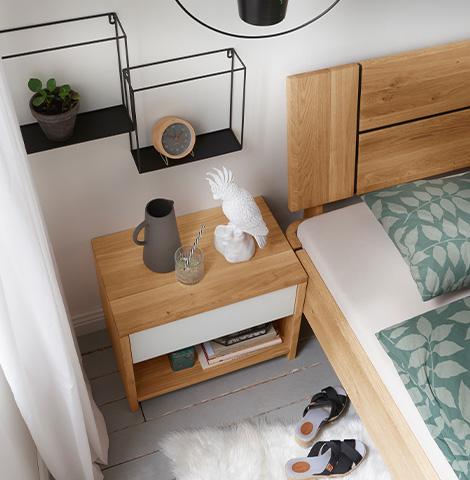 Braun-weißes Nachtkästchen aus Holz und mit einem weißen Schubkasten