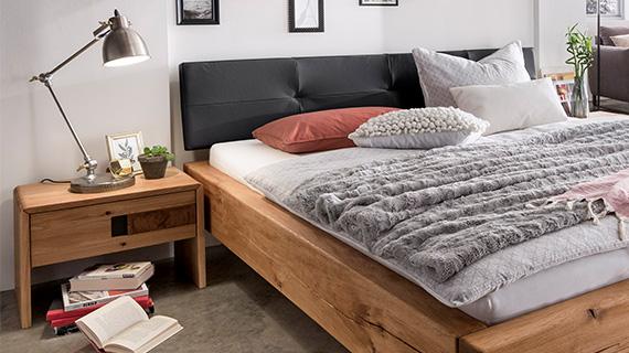 Bett und Nachttisch aus dem hellem Massivholz Eiche