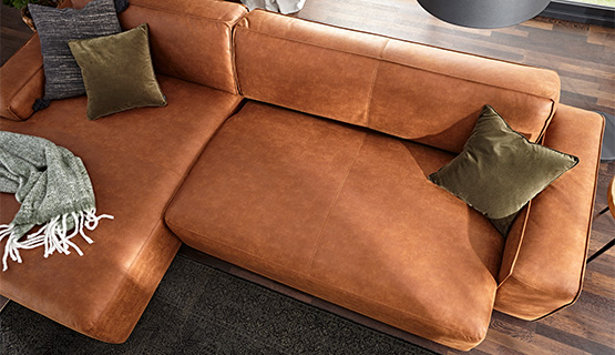 Cognacfarbenes Sofa in Nahaufnahme