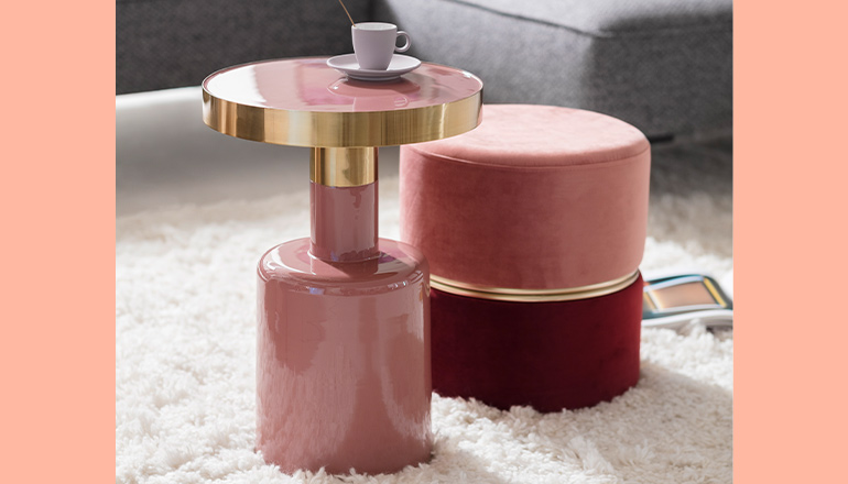 Rosa Beistelltisch aus Lack neben einem roten und rosafarbenen Hocker