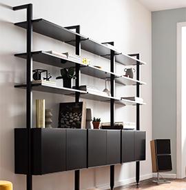 Modernes, schwarzes Bücherregal mit spitz zulaufenden Füßen