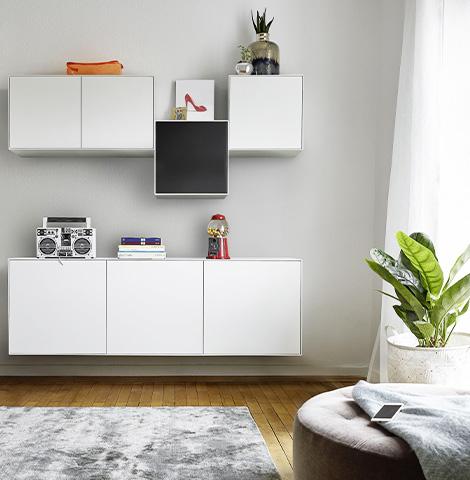 Weiße Wohnwand dekoriert mit einem Ghettoblaster und einem Kaugummiautomaten