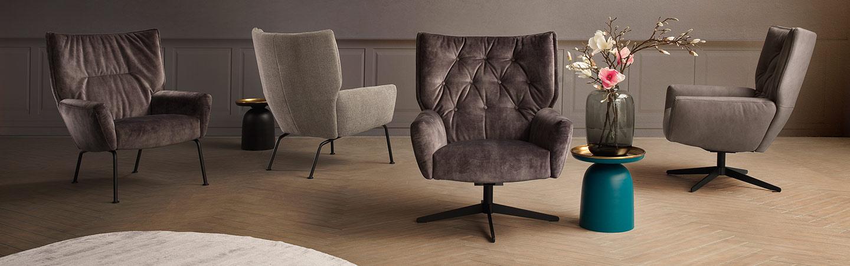 Reihe schoener brauner Sessel in vielen verschiedenen Ausfuehrungen