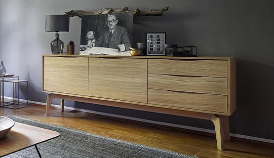 Lowboard aus hellem Eiche-Holz mit drei Schubladen und zwei Schranktüren sowie angewinkelten Füßen