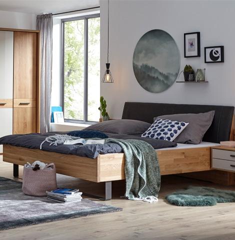 massivholz-bettgestell-im-modern-eingerichteten-schlafzimmer