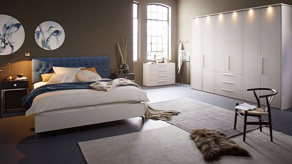 Weiße Schlafzimmermöbel: Kleiderschrank, Bett und Kommode sind im Fokus