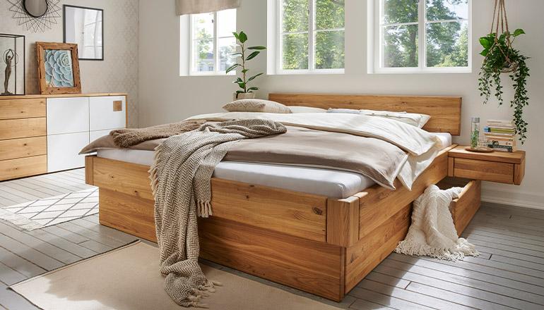 Massivholzbett aus Wildeiche und mit Schubladen unter der Matratze