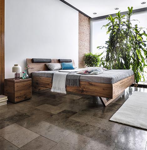 Bettgestell und Füße aus Massivholz aus Wildeiche und einem dazu passenden Nachttisch