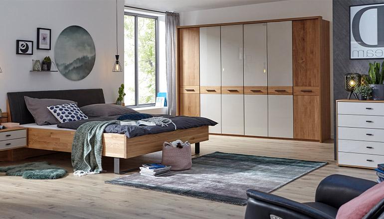 Bett, Kommode und Kleiderschrank aus massiver Eiche im modernen Schlafzimmer